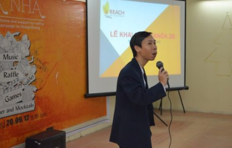 Mr Đoàn Tuấn Dũng- Northern Regional Manager spreads the fire of excitement to new students.