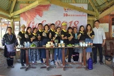 Support Homestay's owners how to make some tea in Ta Van Sapa