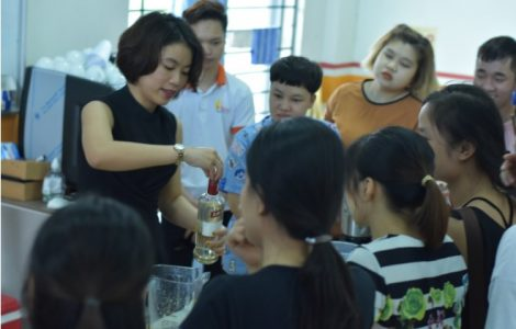 Deaf students are treated to a smoothie demonstration