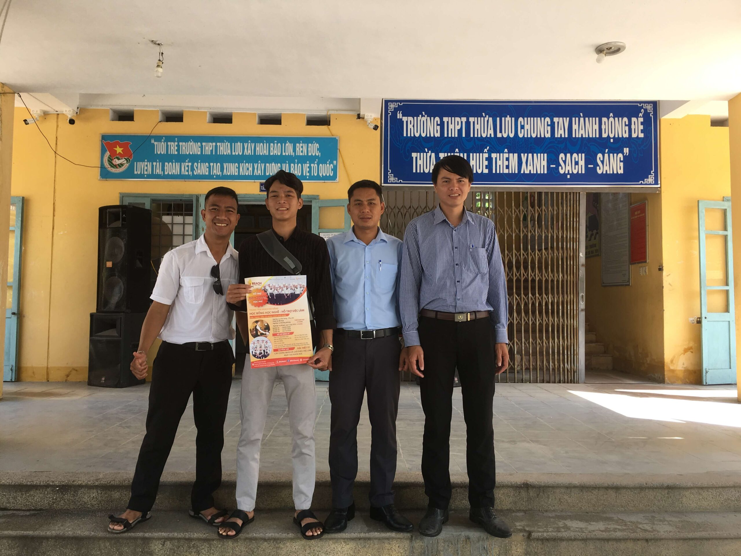 Career counseling at high schools, community in Da Nang (2)