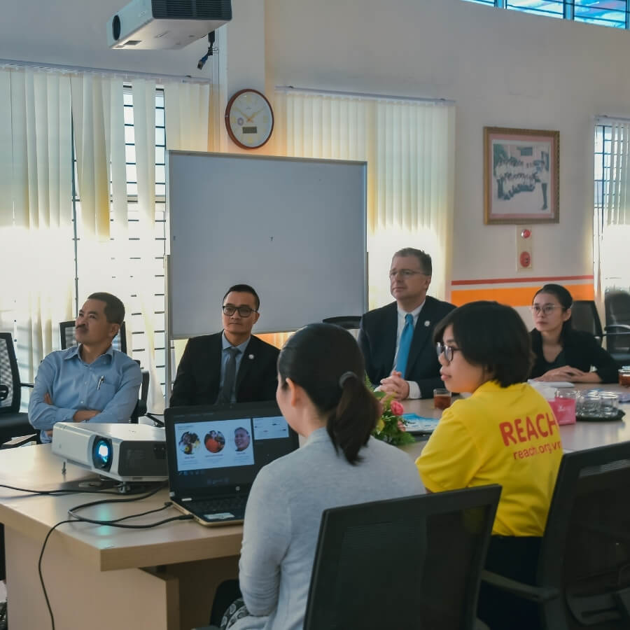 THE U.S AMBASSADOR TO VIETNAM VISITED REACH (16)