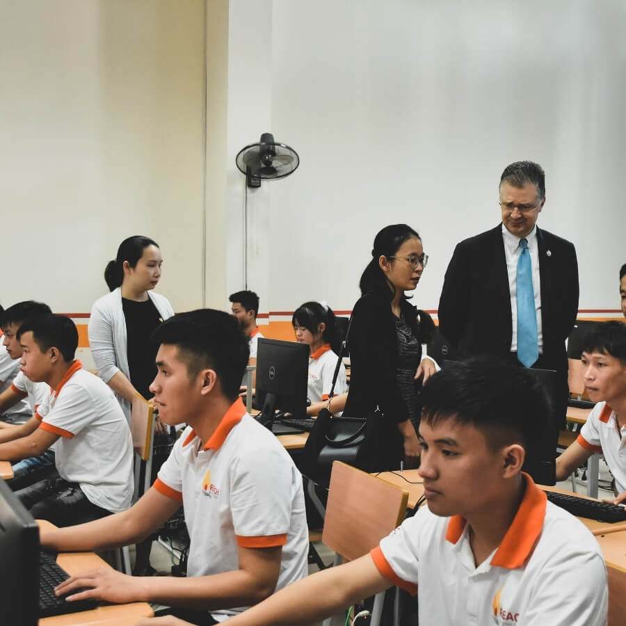 THE U.S AMBASSADOR TO VIETNAM VISITED REACH GRAPHIC DESIGN CLASS